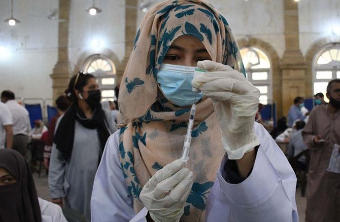 Pakistan'da aşı zorunluluğunda ilk adım
