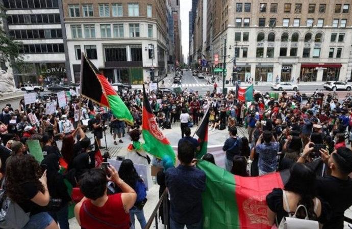 New York'ta Afganlar Taliban'ı protesto etti