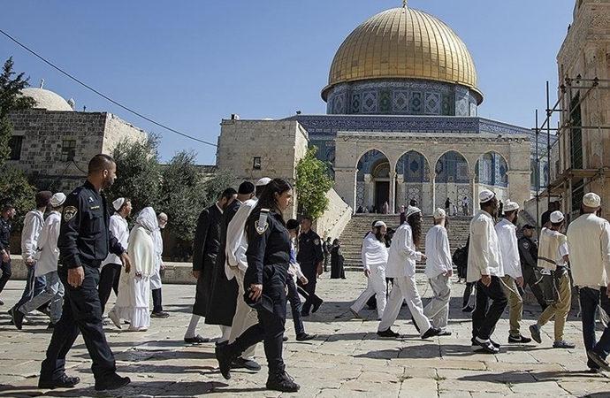 Yahudiler, polis korumasında Aksa'yı bastı