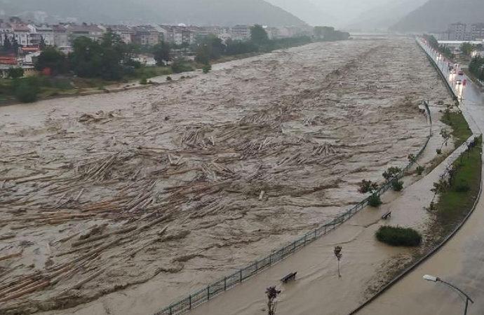 Sel, heyelan ve su baskınları: Bazı yerlerde su 3-4 metreye ulaştı