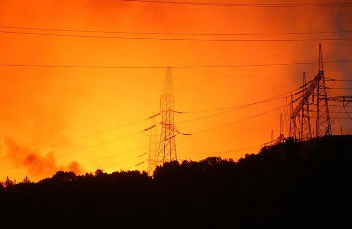 Yangın, Kemerköy Termik Santrali'nin bahçesine ulaştı