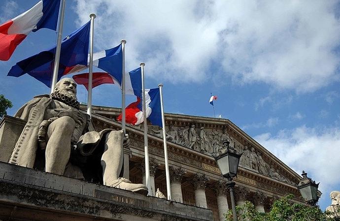 Fransa, Müslümanları hedef alan yasayı onayladı