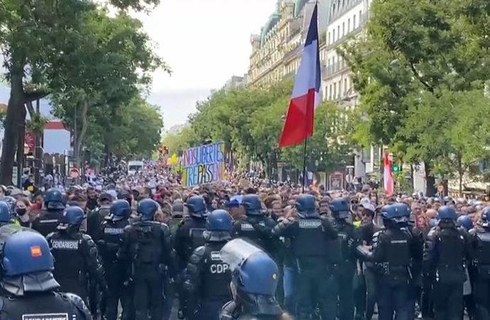 Fransa'da 200 bin kişi meydanlara indi