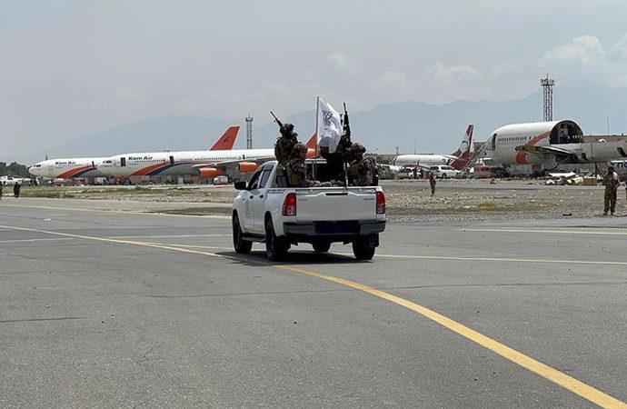 Kabil Havaalanında Taliban devriyesi
