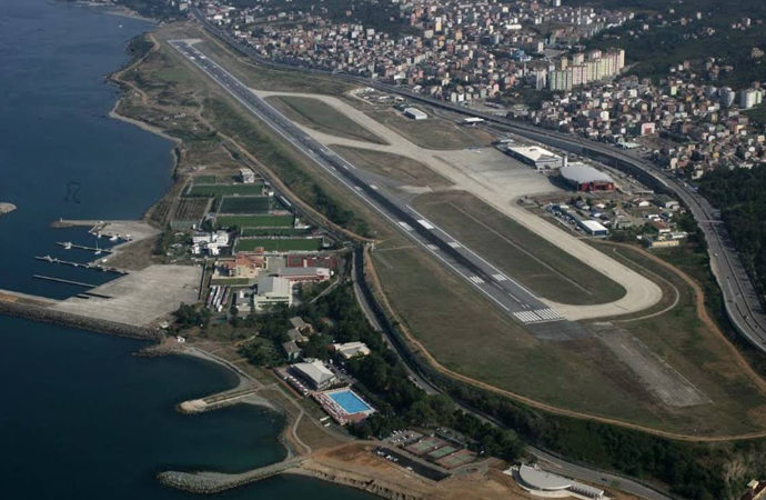 Trabzon'da pist çatladı, uçuşlar 3 saat iptal edildi