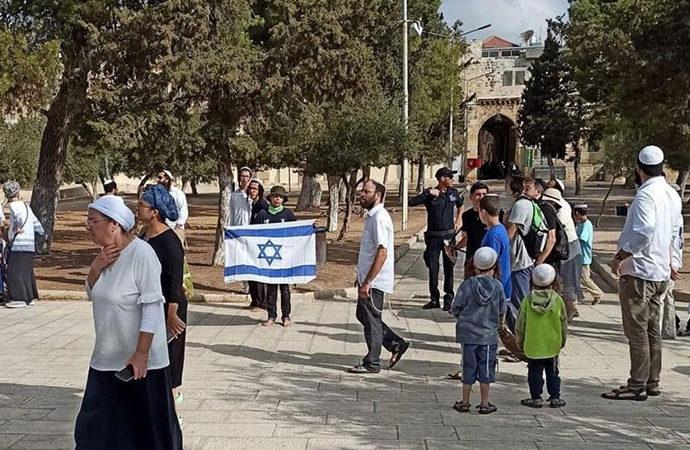 Yahudiler, Mescid-i Aksa'da İsrail bayrağı açtı