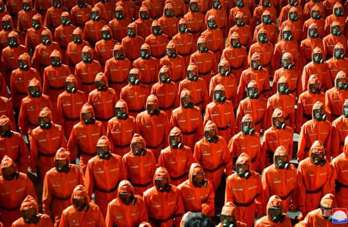 Koruyucu giysiler ve gaz maskeleriyle askeri geçit töreni