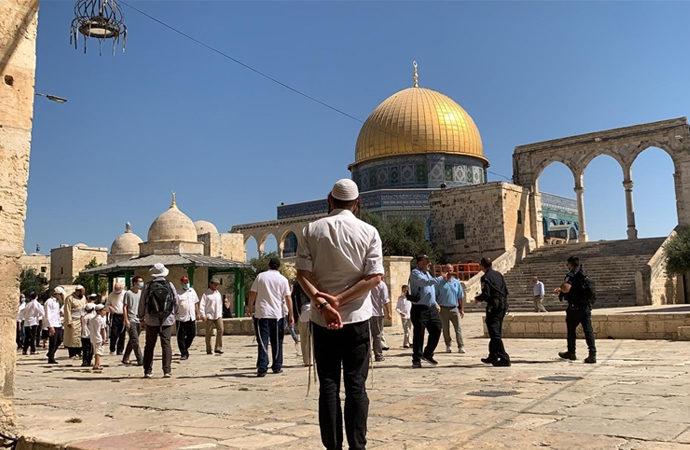 Kalabalık Yahudi grup Mescid-i Aksa'yı bastı