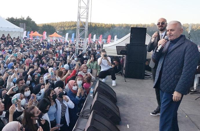 Eski başbakanlardan Binali Yıldırım sahnede türkü söyledi