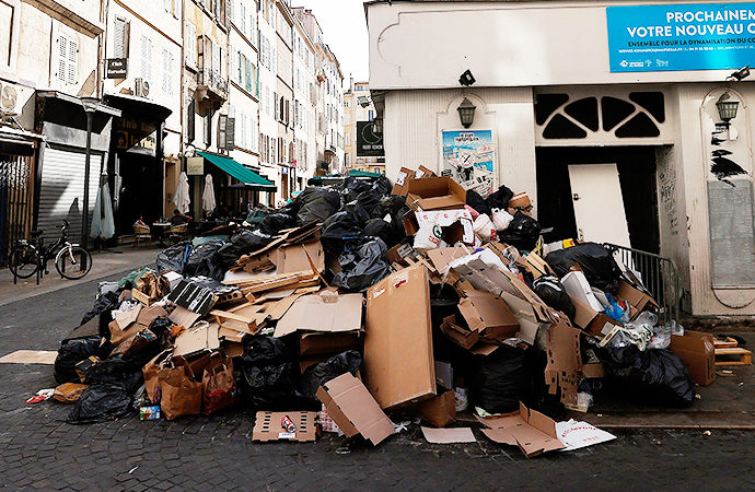 Fransız sokaklarında çöp yığınları