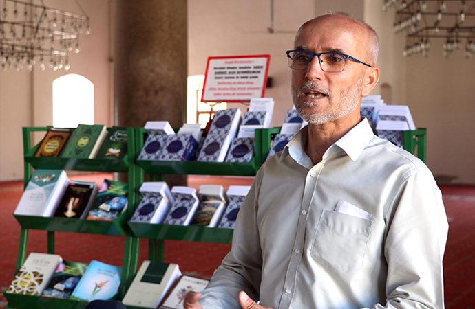 İsa Bey Camii imamı Taşdemir, turistlere 15 dilde Kur'an dağıtıyor