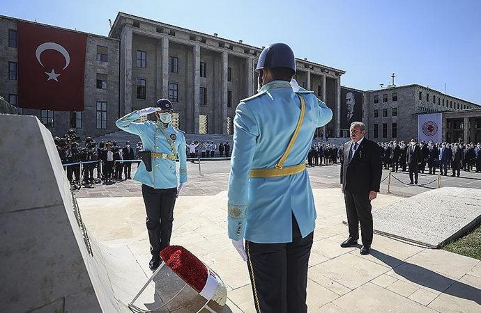 Meclis'in açılış töreni Atatürk anıtı önünde yapıldı