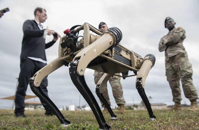 Yapay zekanın yönettiği robot köpeklere otomatik silah